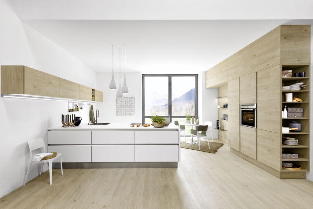 Moderne Wohnkuechenplanung mit Essplatz