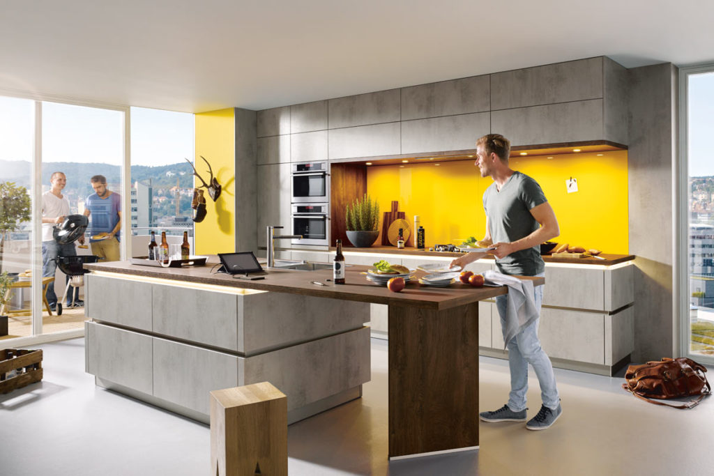 Küche mit gelber Rückwand