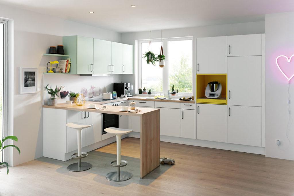 Küche mit Hochschränken in pastell