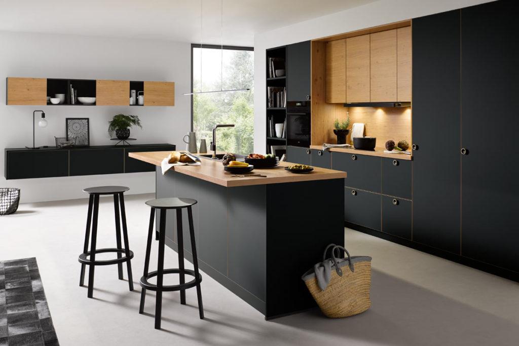 Küche mit schwarzen und Holzfronten